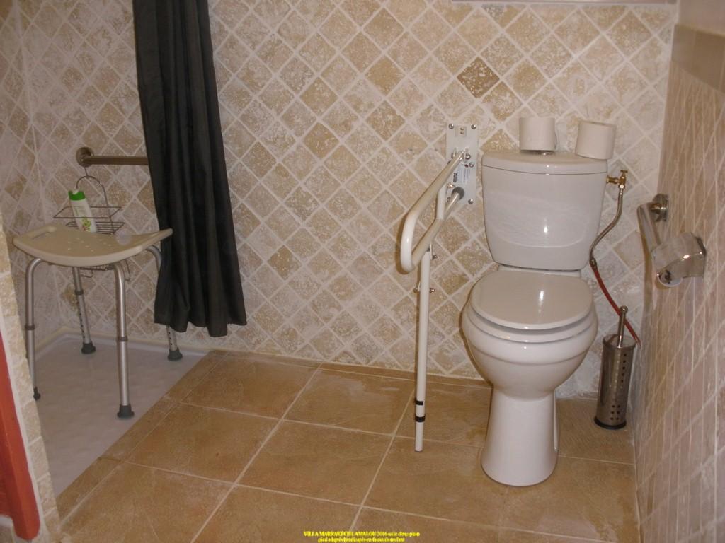 salle d eau adaptée handicapés PMR douche italienne barres d appui