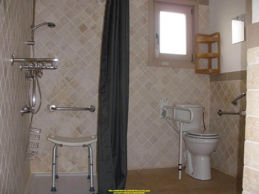 salle d eau douches italiennes adapté handicapés PMR barres d appuis