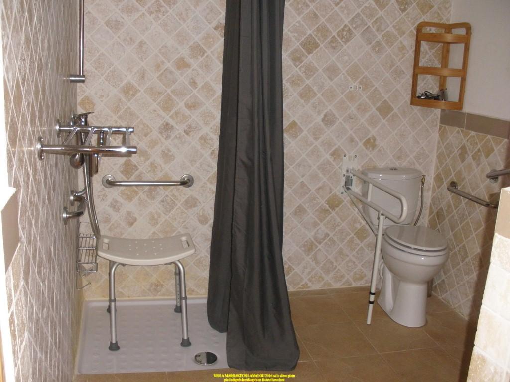 salle d eau adaptée handicapés pmr douche italienne