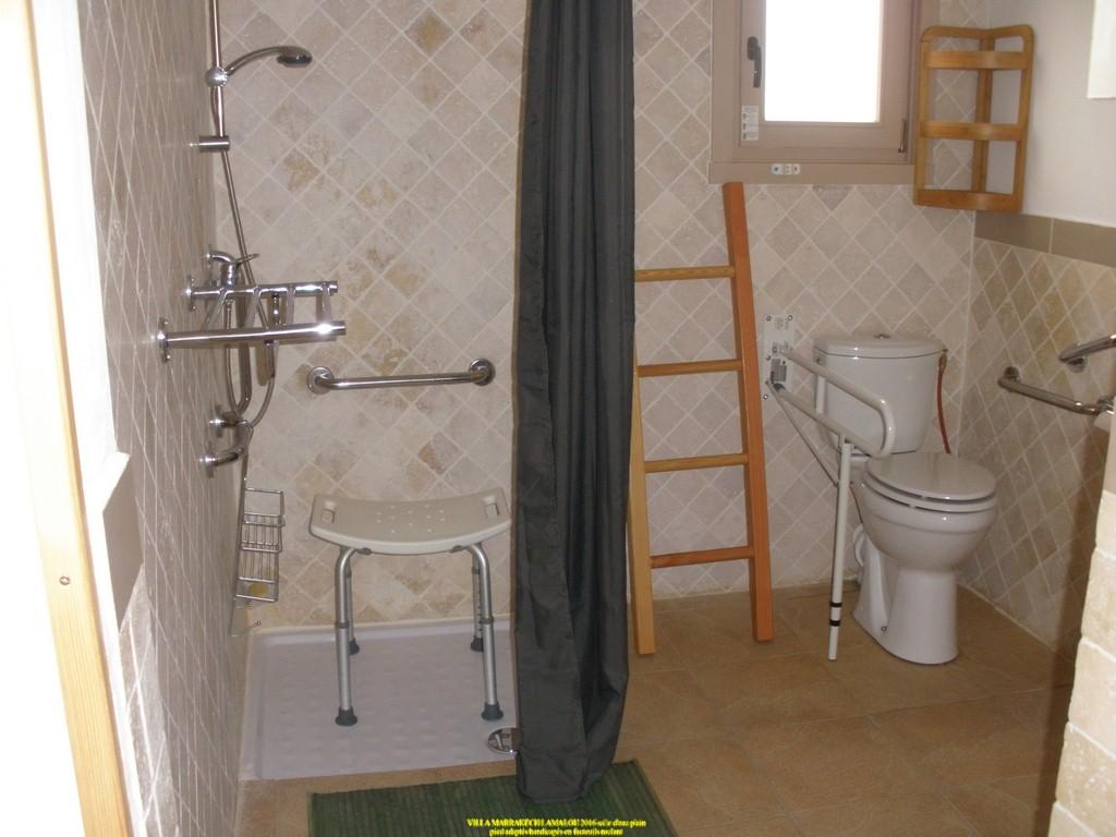 lamalou salles d eau adaptée PMR et fauteuils roulants barres d appui, espace de rotation, douches italiennes