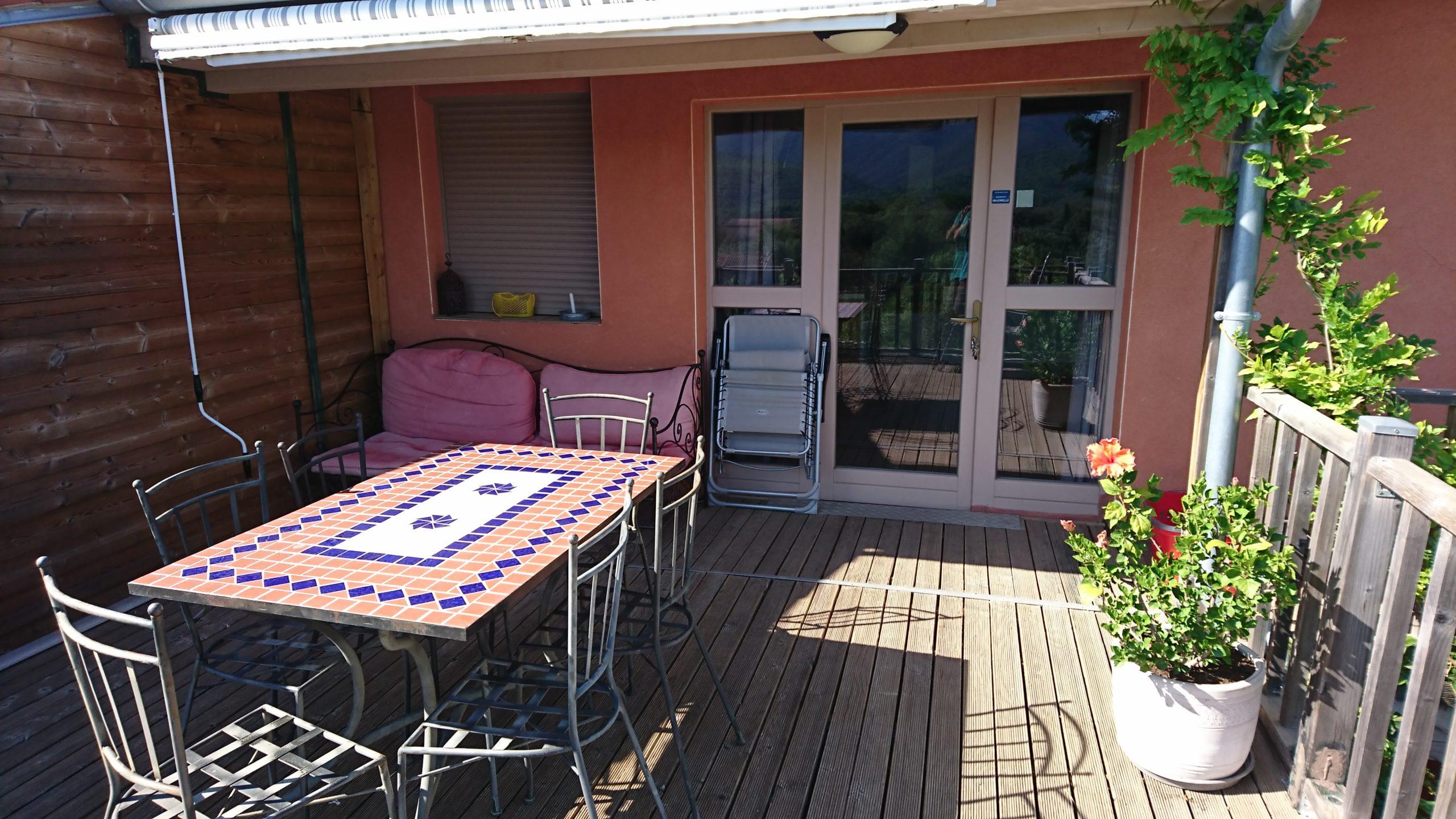 terrasse de 20m2 avec table, chaises longues banquette